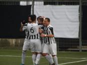 L'esultanza dei bianconeri in occasione del secondo gol di Vaccaro
